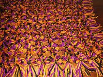 Связанное одеяло с poms pom стоковая фотография
