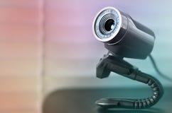 Связанное проволокой веб-камера лежа на поверхности компьютера Закройте вверх по взгляду Стоковое Изображение RF