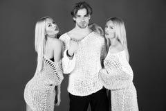 связанные вещи Молодые стильные люди в модных свитерах Стоковое Изображение RF