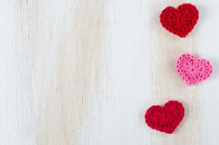 Связанные красные сердца на белой деревянной предпосылке Стоковые Изображения RF