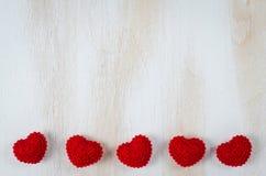 Связанные красные сердца на белой деревянной предпосылке Стоковые Фотографии RF