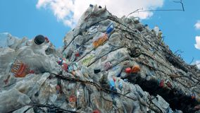 Связанные кучи recyclable погани Отброс на месте захоронения отходов, связанном с проводом металла сток-видео