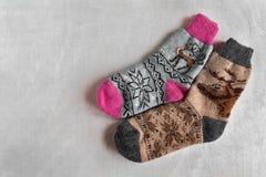 Связанные носки рождества с картиной Теплое ` s людей и носки ` s женщин стоковая фотография rf