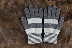 Связанные перчатки на предпосылке меха Стоковое Фото