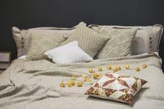 Связанные постельные бель, связанные случаи подушки, подушки, покрывала, серые бежевые цвета, скандинавский стиль стоковое фото rf