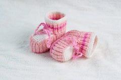 Связанные розовые ботинки младенца Стоковые Фотографии RF