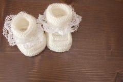 Связанные тапочки младенца стоковые фотографии rf