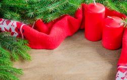 Связанные теплые шарф зимы и ель ветви на деревенской деревянной предпосылке с космосом экземпляра Стоковое фото RF