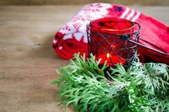 Связанные теплые шарф зимы и ель ветви на деревенской деревянной предпосылке с космосом экземпляра Стоковое Изображение