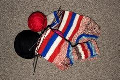 связанные шерсти носок Спицы носков шерстей предпосылки вязать стоковая фотография