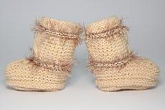 Связанные шерстяные bootees для маленьких ребеят Стоковая Фотография RF