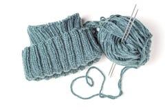 Связанные шляпа, вязать иглы и пасмо на белой предпосылке стоковое фото rf
