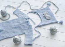 Связанные handmade одежды для младенческих мальчиков, topview стоковые фото