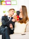 связанный вектор Валентайн иллюстрации s 2 сердец дня Женщина давая подарок к парню Стоковая Фотография