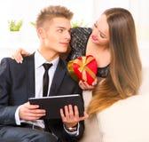 связанный вектор Валентайн иллюстрации s 2 сердец дня Женщина давая подарок к парню Стоковое Изображение RF
