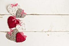 связанный вектор Валентайн иллюстрации s 2 сердец дня сбор винограда типа лилии иллюстрации красный Сердца на старой белой деревя Стоковое фото RF