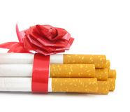 связанный красный цвет сигарет смычка Стоковые Изображения