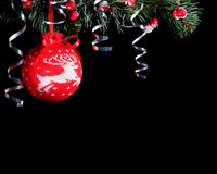 Связанный красным цветом шарик рождества Черная предпосылка Стоковые Изображения RF