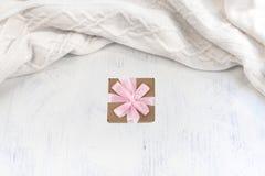 Связанный шарф в белизне на винтажной предпосылке стоковое фото rf