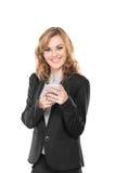 Связист пользы бизнес-леди, пишет посылает сообщение и усмехаться, стоковое фото