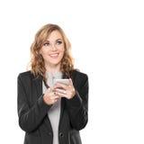 Связист пользы бизнес-леди, пишет посылает сообщение и усмехаться, стоковая фотография