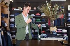 Связи клиента рассматривая в мужском магазине одежды Стоковое фото RF