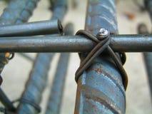 Связи провода со сталью для структур здания стоковое фото