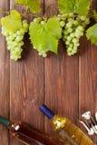 Связка винограда, бутылки белого вина и штопор Стоковые Фото