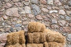 Связка соломы на стене сделанной камней Стоковое Фото
