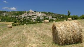 Связки сена в французской сельской местности стоковое фото rf
