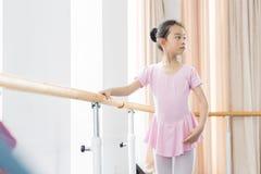 Связывайте внутри девушка комнаты репетиции танца Стоковые Фото