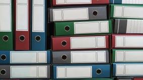 Связыватели помещают в архив, связыватели кольца, канцелярщина Куча связывателей файла бумага офиса скоросшивателей вспомогательн сток-видео