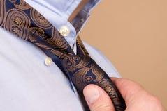 связывать галстука бизнесмена Стоковое фото RF