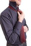связывать галстука человека Стоковые Изображения