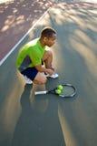 связывать тенниса ботинка человека суда горизонтальный Стоковое Изображение RF