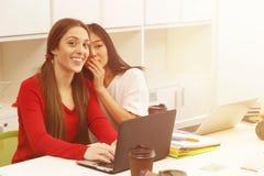 связывая счастливые студенты Стоковая Фотография RF