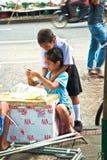 Связь детей цветет на рынке цветка в Бангкоке Стоковые Изображения