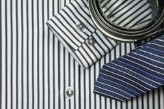 Связь и пояс на предпосылке рубашки людей Стоковое Фото
