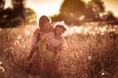 Связь матери с дочерью в пшеничном поле Стоковое фото RF