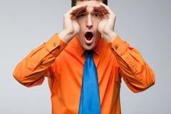 связь рубашки голубого счастливого человека померанцовая Стоковые Изображения
