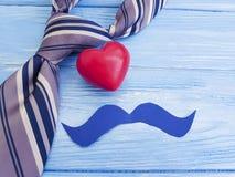 Связь, сердце, на день ` s отца голубой деревянной предпосылки счастливый представляет праздничное приветствие Стоковая Фотография