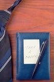 Связь шеи около блокнота с ручкой и желтым стикером Стоковая Фотография RF
