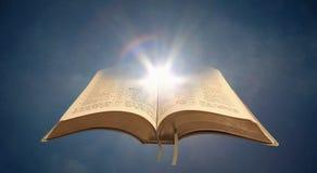 Святая книга духовного света библии открытая стоковая фотография