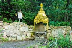 Святая сторона на стороне утеса алтара и весной его taran деда - источника реки Стоковое Изображение