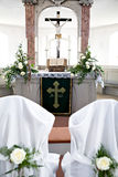 Святейшая библия и цветки на алтаре в церков Стоковое Фото