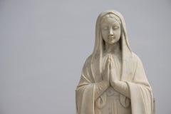 святейшая статуя mary моля Стоковое Изображение RF