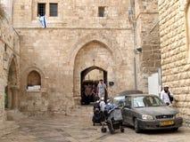 святейшие люди Израиля Иерусалима еврейские большая часть один люд устанавливают места священнейшие к голося стене Люди в дворе с Стоковые Изображения RF