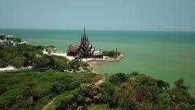 Святилище вида с воздуха правды исполинская деревянная конструкция в Паттайя, Таиланде сток-видео