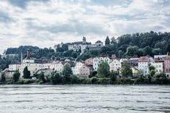 Святилище Mariahilf и старые дома на холме в Passau, немецком Стоковая Фотография