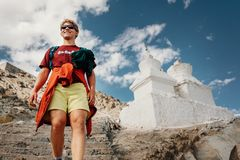 Святое место посещения молодого человека туристское в Тибете стоковое изображение rf